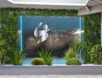 Ensemble logo et mur d'eau inox