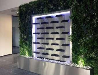 Mur d'eau becs et végétaux artificiels